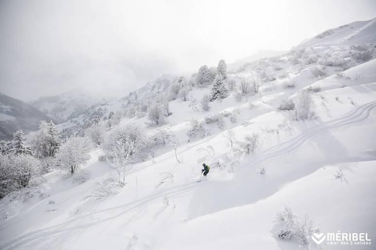 Off piste in powdery snow - Meribel Ski domain