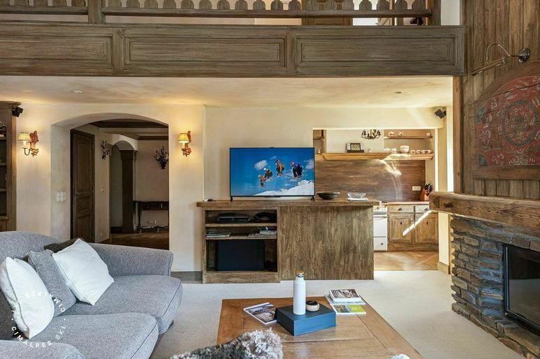 Salon avec cheminée de l'appartement Ciel d'Arbois à Megève