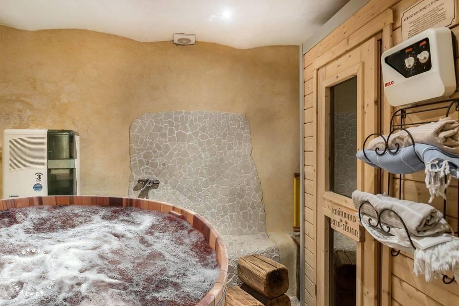 Espace fermé avec un sauna et jacuzzi pour 4/5 personnes.